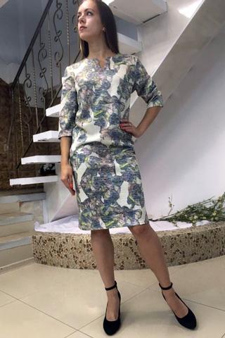 Трикотажное платье прямого силуэта, в пастельных тонах приближающейся осени