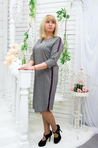 Платье из трикотажной ткани с асимметричным расположением полосок