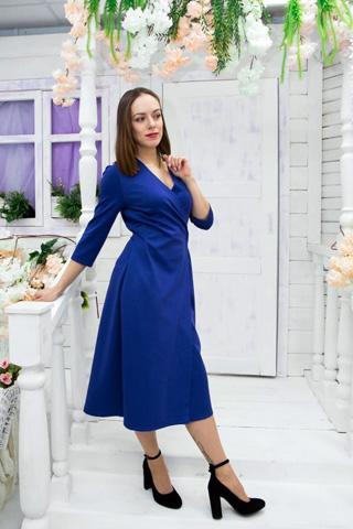 Платье удлиненное, слегка расклешено