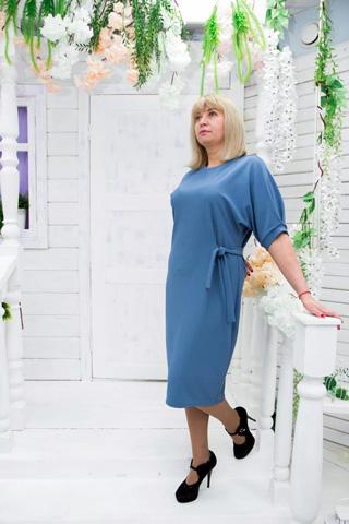 Платье прямого силуэта с V-вырезом, декоративным поясом