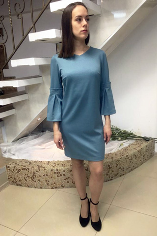Платье прямого силуэта с V-вырезом и декоративной отделкой рукавов