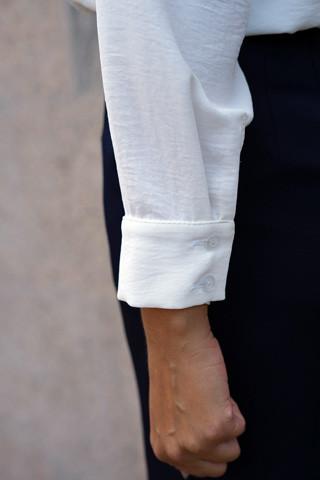 Белая рубашка из ткани с легким эффектом