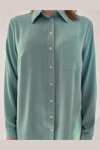 Рубашка свободного кроя из лёгкой вискозной ткани, увеличено
